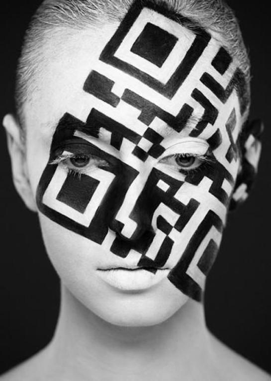 通过巧妙的黑白搭配与负空间的利用,以人脸为画布,绘出类似米奇老鼠